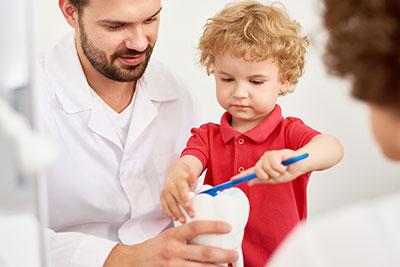 Hábitos que ayudan al cuidado dental durante la infancia